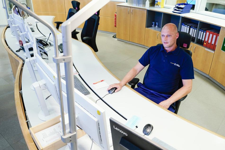 Mike Reddmann, Kraftwerksmeister beim Energiekonzern EnBW, sitzt in der Leitzentrale im Block 8 des Rheinhafen-Dampfkraftwerks Karlsruhe (RDK 8) und setzt auf sein eingespieltes Team.