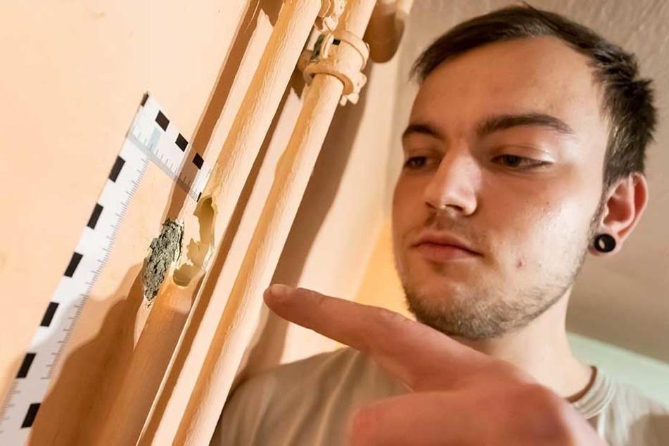Hier traf eine Kugel das Wasserrohr: Das Zimmer von Fabian Haustein (20) stand unter Wasser.