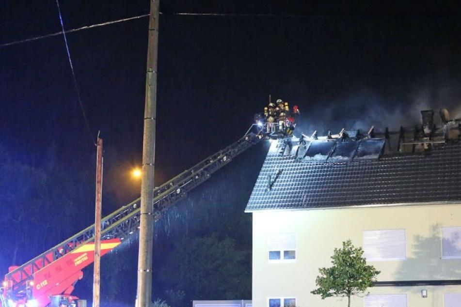 Rund 40 Kameraden waren in Hänichen im Einsatz, um den brennenden Dachstuhl zu löschen.