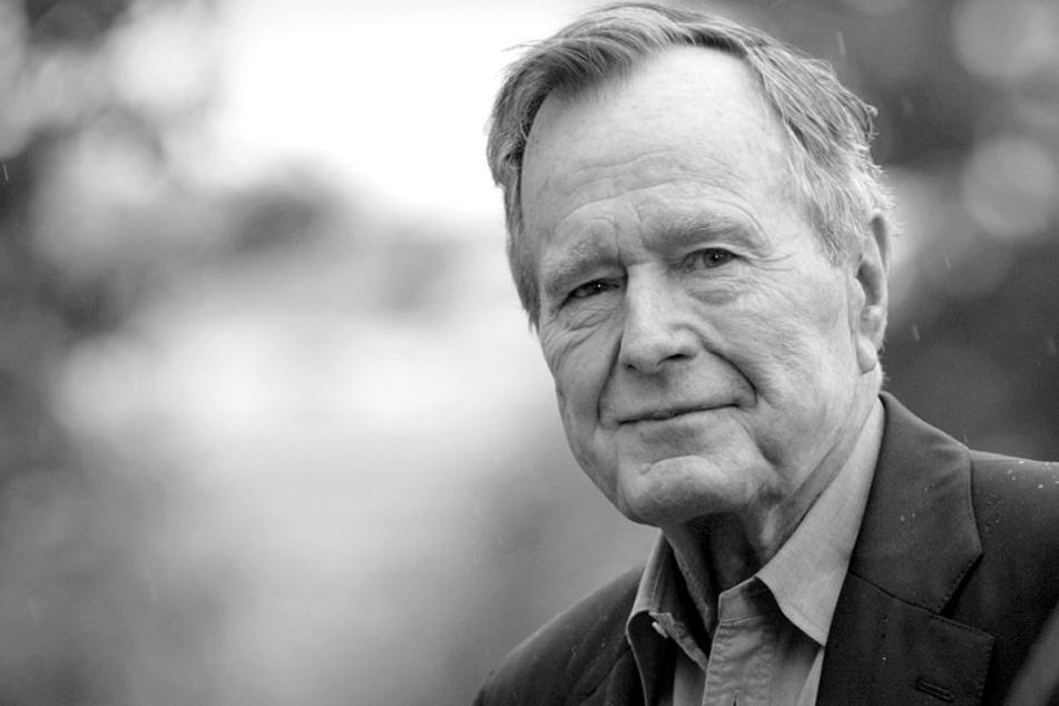 Der ehemalige Präsident George H.W. Bush kommt auf dem Südrasen des Weißen Hauses an.