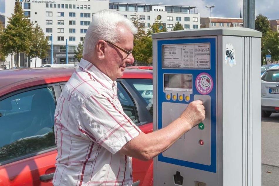 Peter Bergmann (72) bezahlt die Parkgebühr am Johannisplatz. Insgesamt nimmt die Stadt rund 1,4 Millionen Euro damit ein.