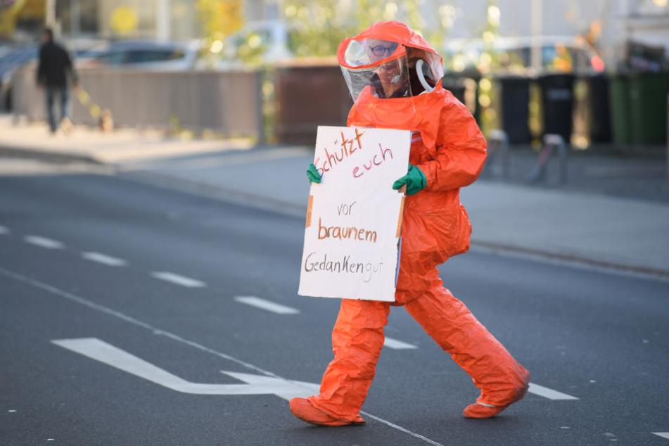 In einem Schutzanzug gingen die Demonstranten auf die Straße.