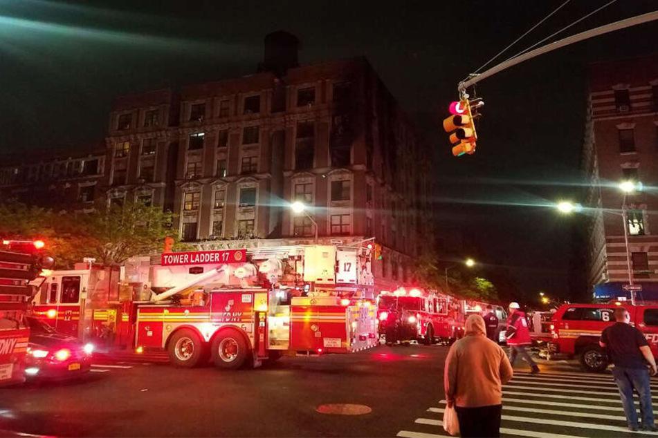 In der US-amerikanischen Millionenmetropole New York sind sechs Menschen bei einem Wohnhausbrand gestorben.