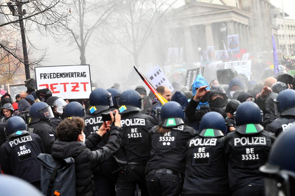 Die Polizei hat mit dem Einsatz von Wasserwerfern begonnen.