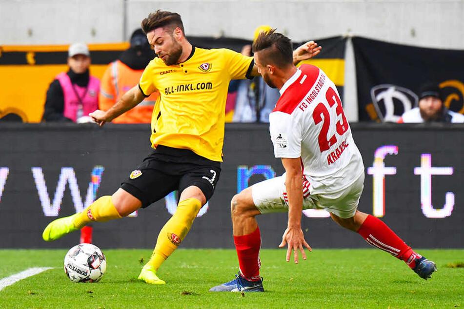 Niklas Kreuzer im Duell mit Ingolstadts Robin Krauße.
