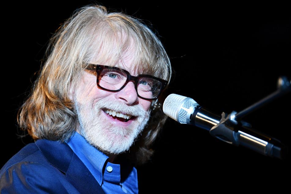 Helge Schneider, Komiker und Musiker, lacht auf der Bühne.