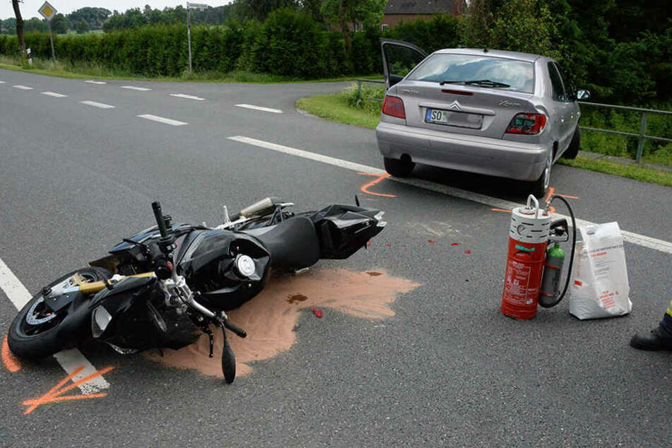 Die 22-Jährige wollte in eine Hofeinfahrt abbiegen und übersah den Motorradfahrer.
