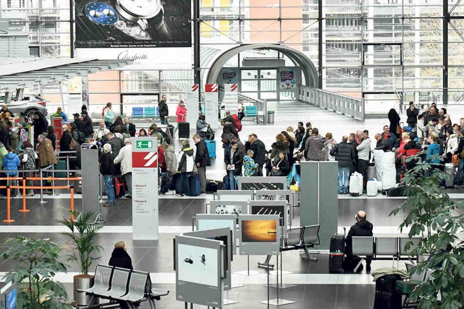 Check-in am Dresdner Flughafen: Die Reisenden waren gestern schon in Urlaubslaune.