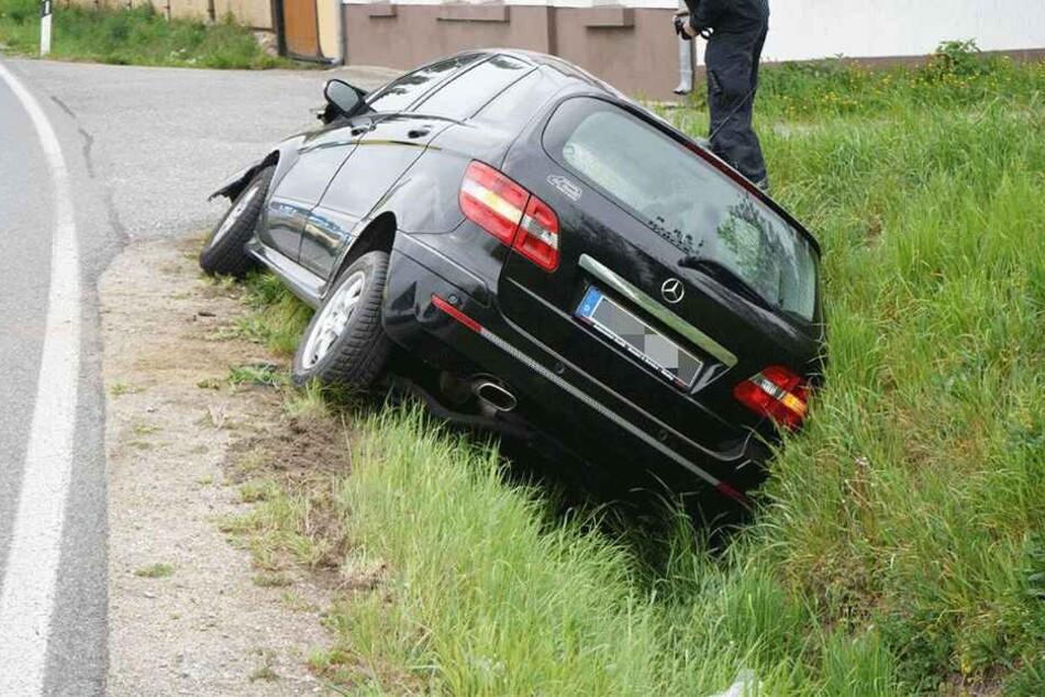 Der Wagen kam nach rechts von der Straße ab.
