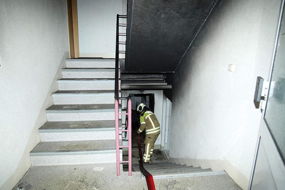 Die Feuerwehr rückte um kurz nach Mitternacht an. Wenige Stunden später brannte es erneut im Keller.