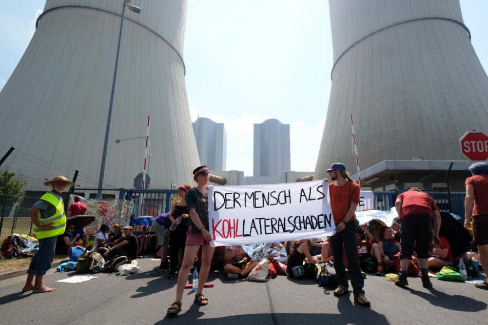 Vor dem Kraftwerk Lippendorf versperrten die Aktivisten im August 2018 mit einer Sitzblockade die Zufahrt.