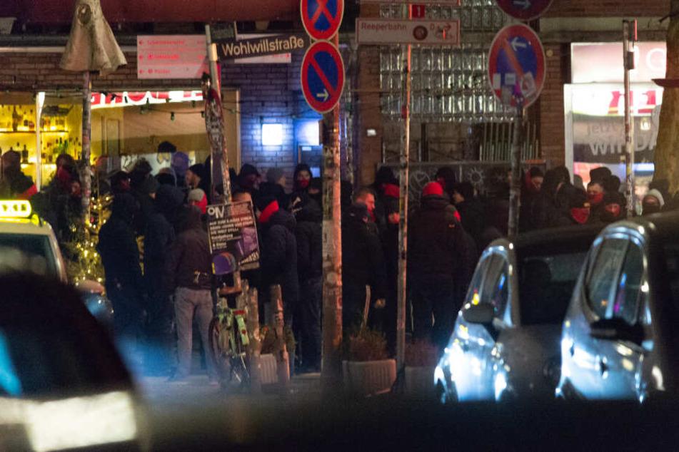 Teilweise vermummt stehen die Anhänger des FC St. Pauli in der Wohlwillstraße.