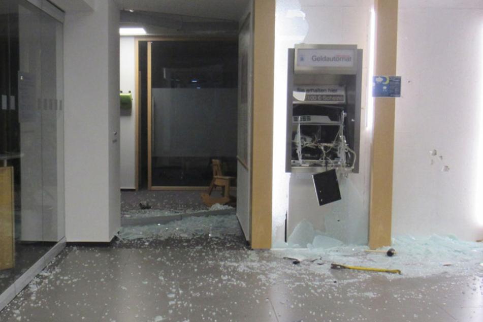 Die Bankfiliale wurde stark beschädigt.
