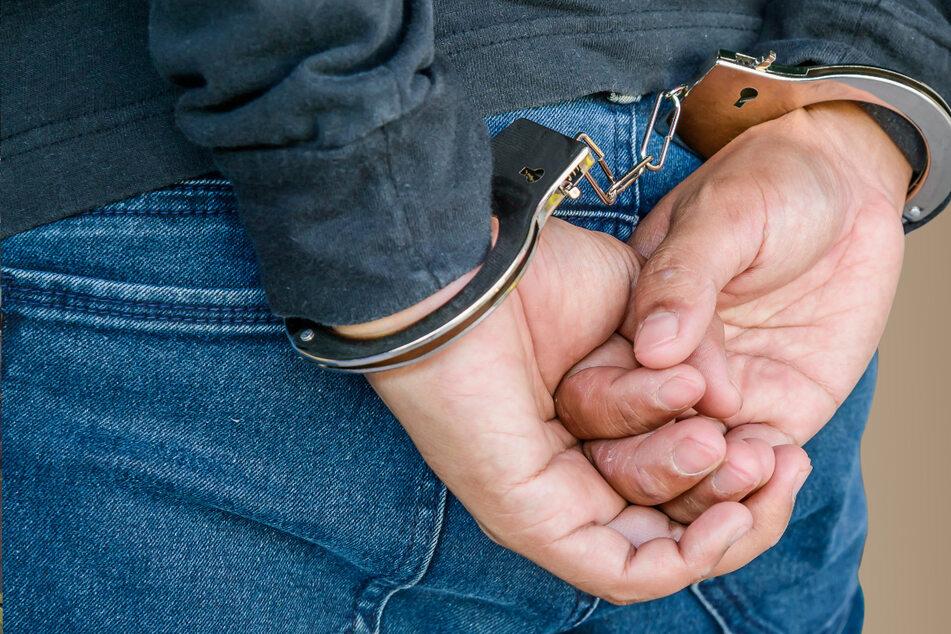 Mann rastet komplett aus und beißt Polizist in den Rücken