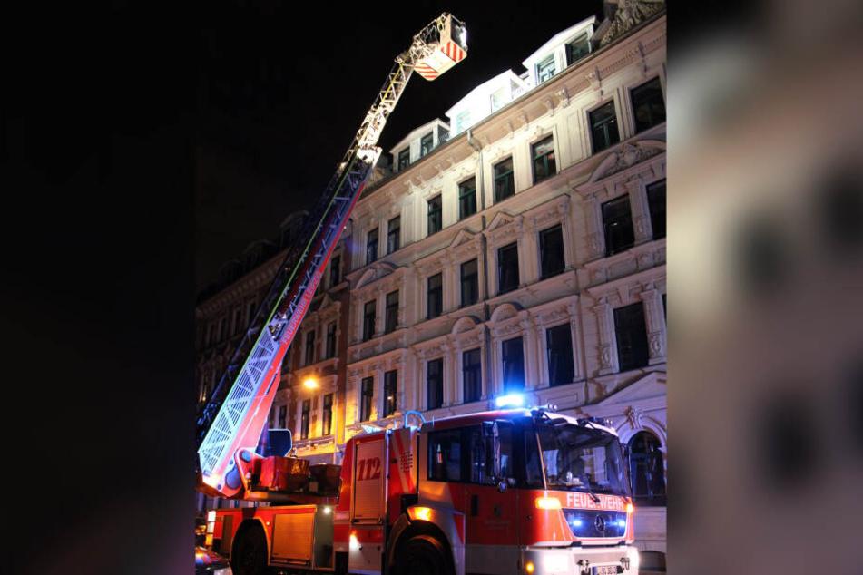 Die Frau stürzte aus einer Dachgeschosswohnung in der Queckstraße.