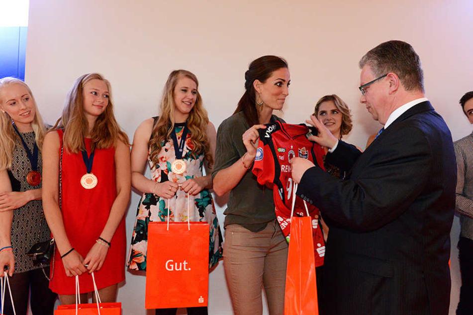 Sparkassen-Vorstand Ulrich Franzen verteilte die Geschenkbeutel und erhielt im Gegenzug das Trikot von Myrthe Schoot.