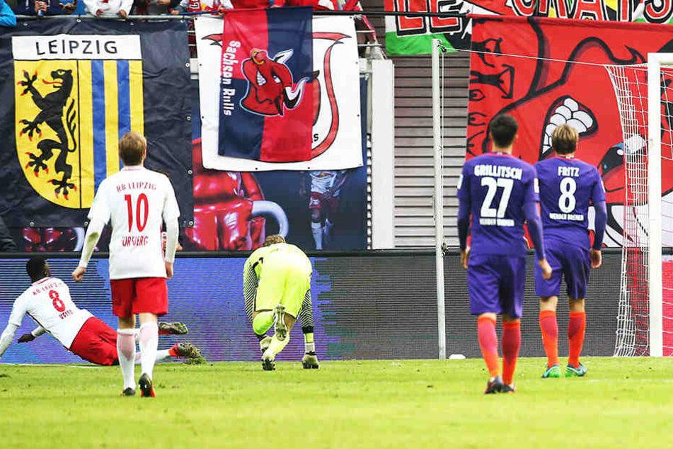Naby Keita (l., 8) hat gerade die Bremer Abwehr mit einem Riesensolo überwunden und schiebt zur 1:0-Führung für die Leipziger ein.