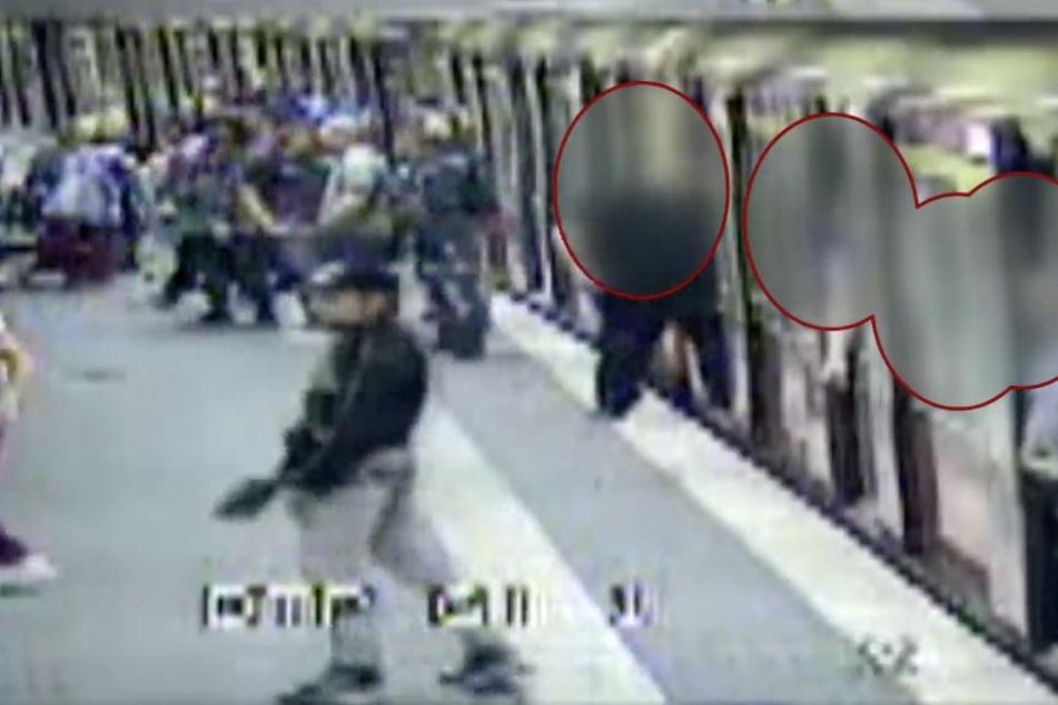 Einer der Angreifer steht klar zu erkennen vor der Kamera.