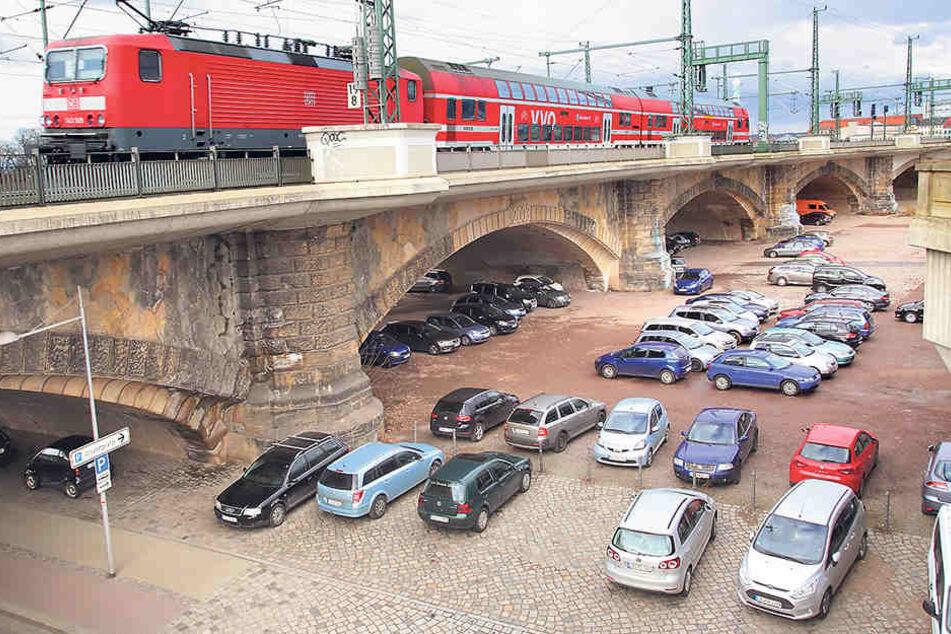Noch parken diese Autos kostenlos unter und neben der Marienbrücke.