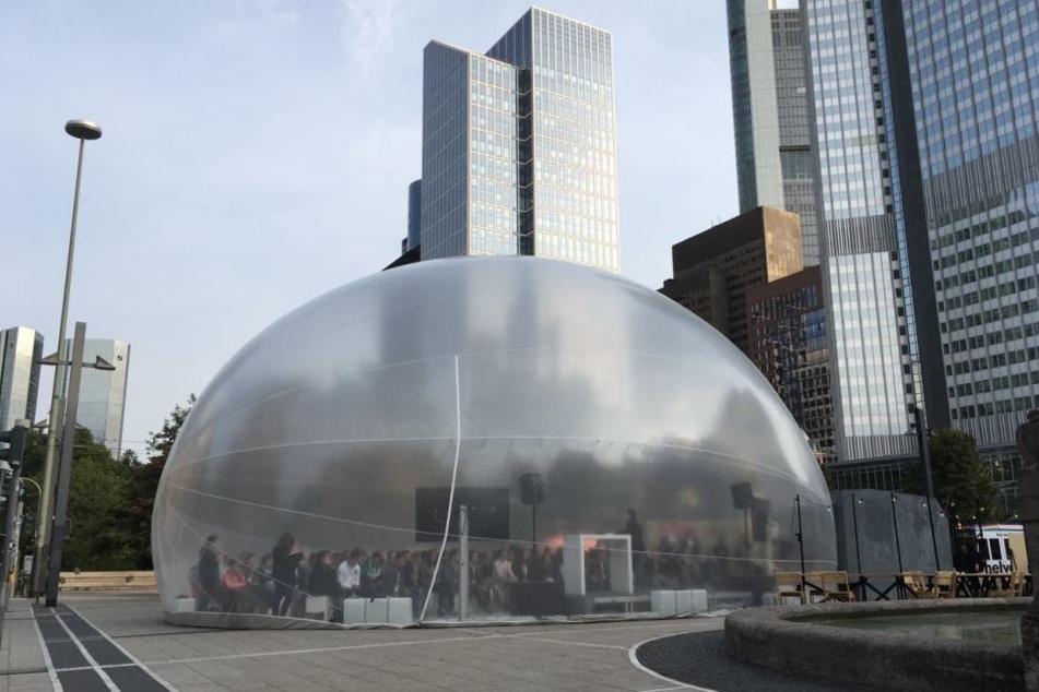 Die riesige Blase des Jüdischen Museums steht im Kontrast zu den kantigen Türmen rund um den Willy-Brandt-Platz
