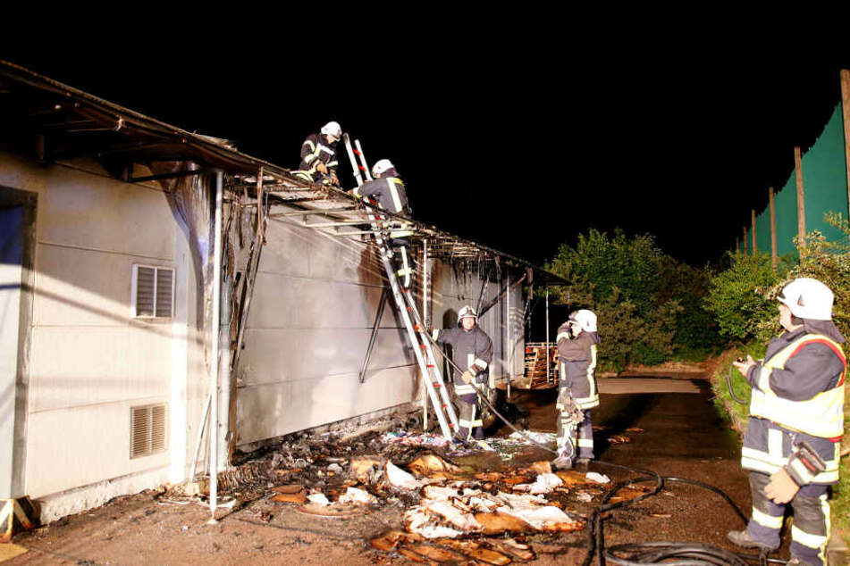 Die Flammen vernichteten das Vordach der Lagerhalle.