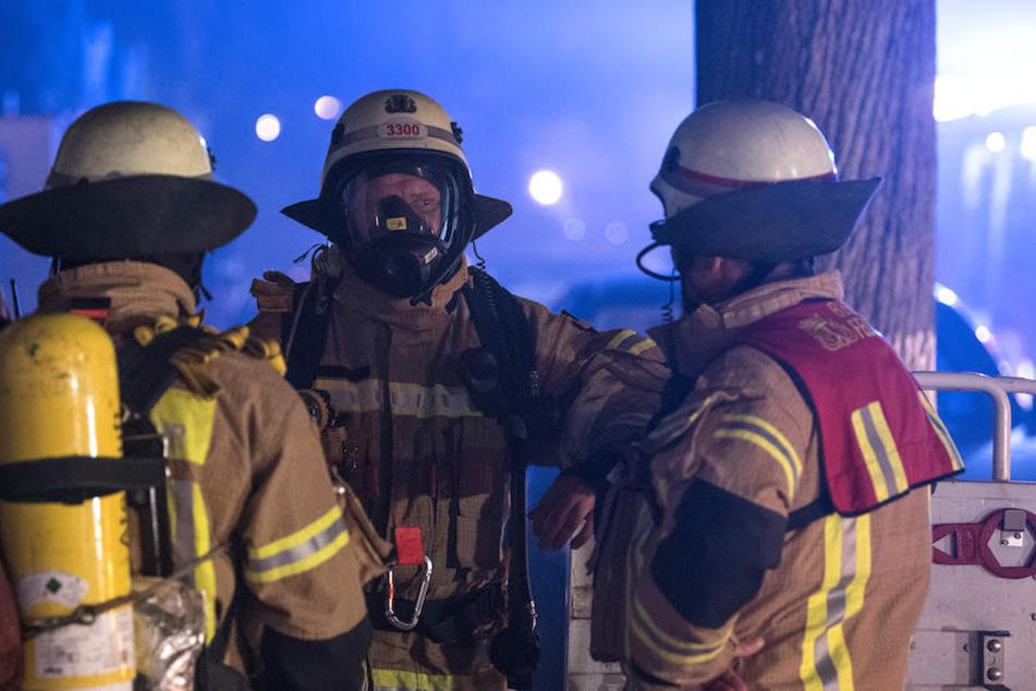 Einsatzkräfte der Berliner Feuerwehr kämpften gegen die Flammen. (Symbolbild)