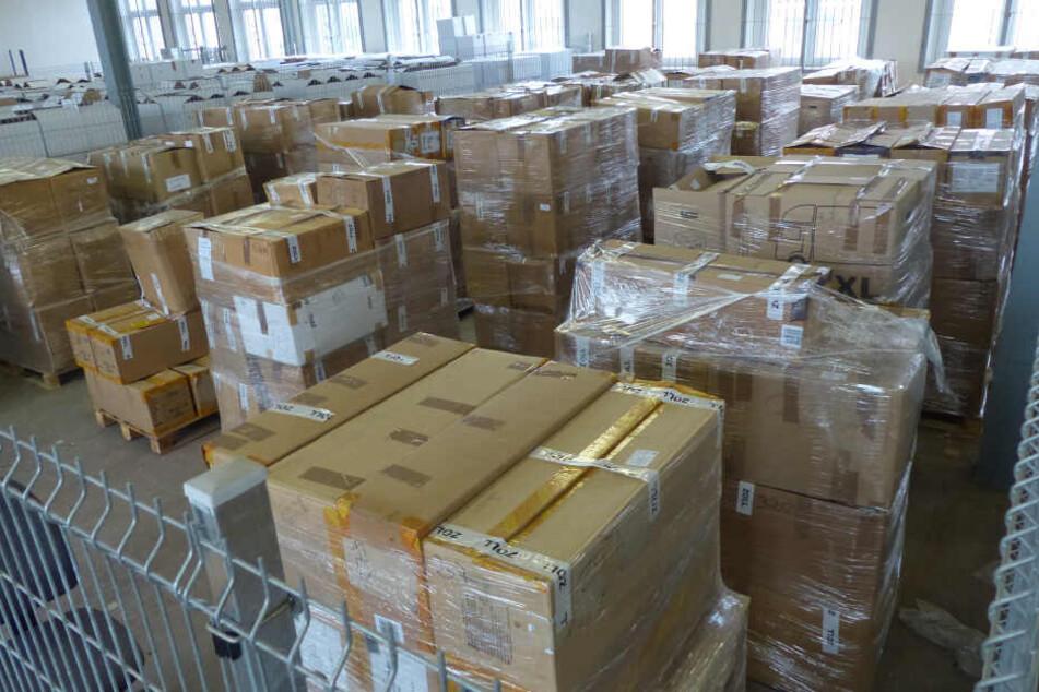 Das THW musste helfen, die gefälschten Markenklamotten in Umzugskisten zu packen.