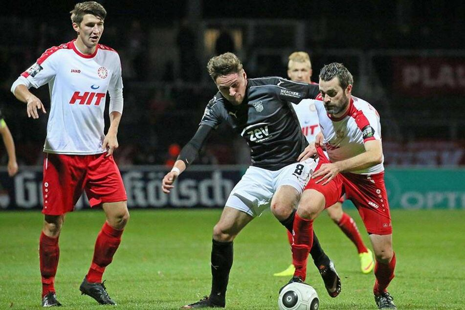 Jonas Nietfeld (Mitte) setzt sich gegen zwei Kölner durch.