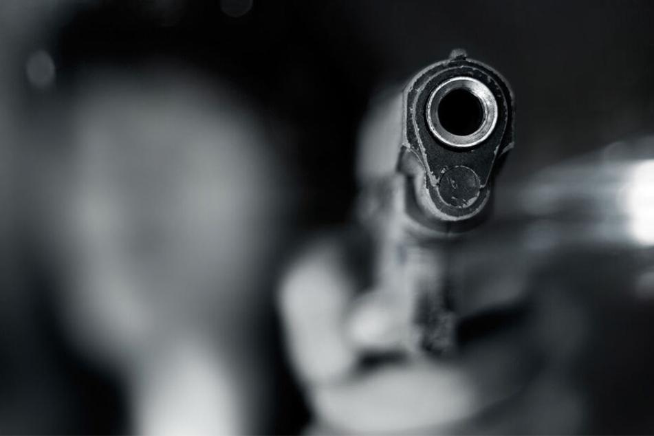 Die Täter bedrohten die Bewohner mit einem pistolenähnlichen Gegenstand. (Symbolbild)