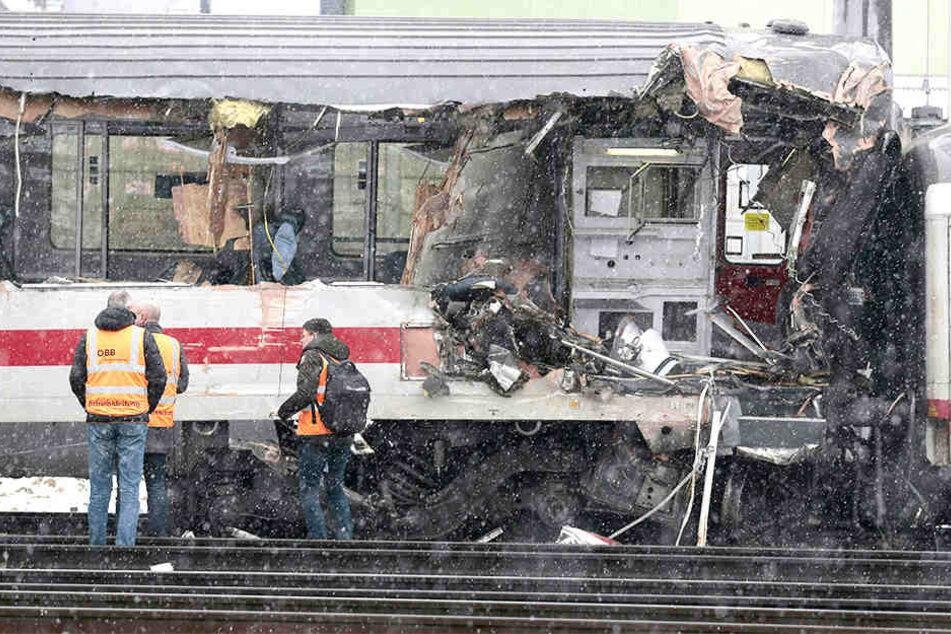 Zwei Züge sind in Österreich miteinander kollidiert.