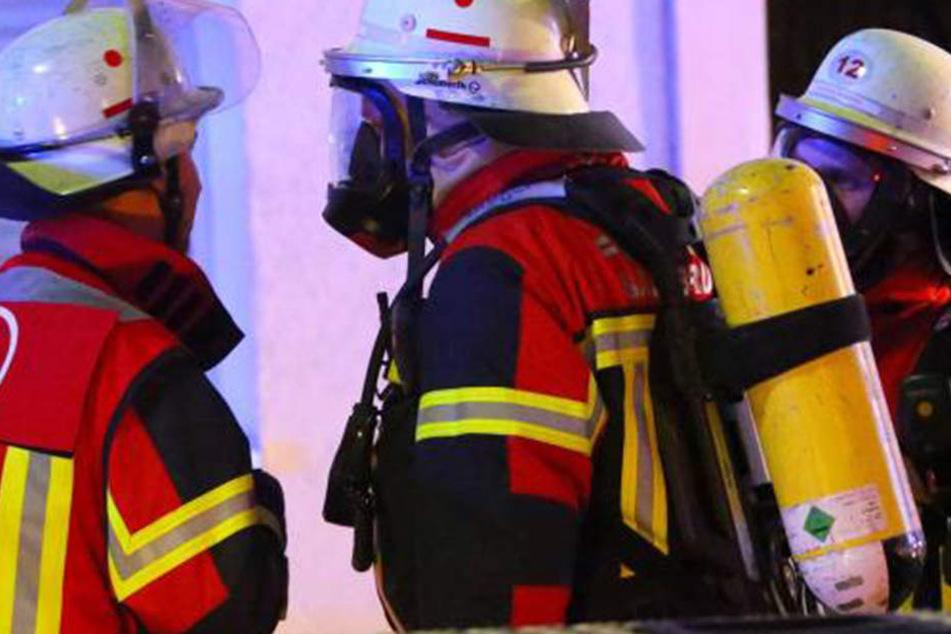 Die Kameraden der umliegenden Feuerwehren konnten den Bus nicht mehr retten. (Symboldbild)