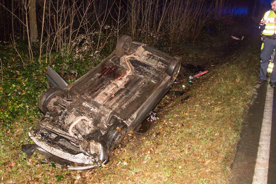 Der Peugeot überschlug sich und landete auf dem Dach im Straßengraben.
