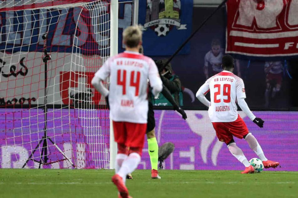 Jean-Kevin Augustin (r.) erzielte bereits in der 5. Minute per Abstaubertor die frühe Führung für RB Leipzig.