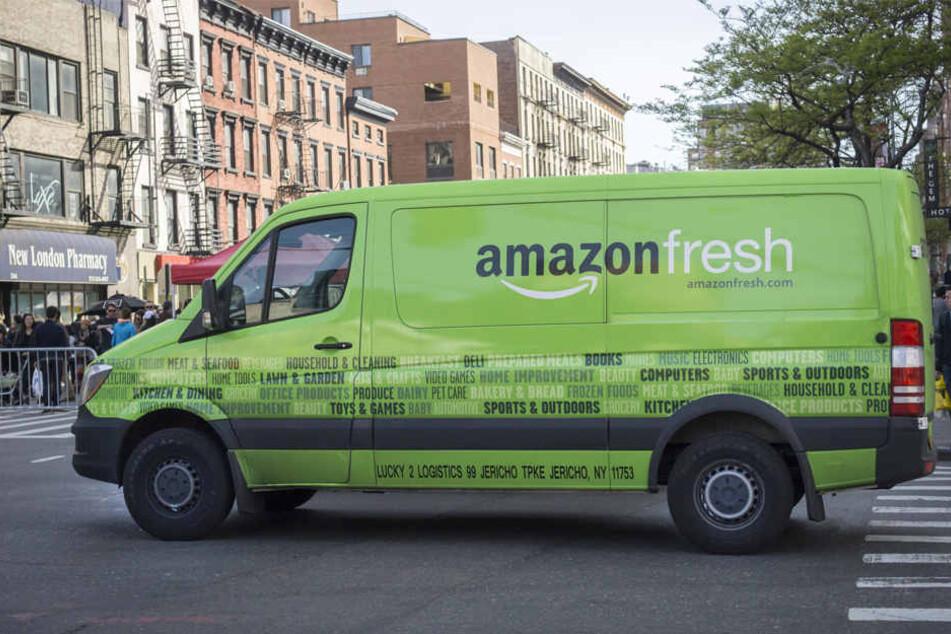 """Ein Fahrzeug des US-Konzerns Amazon mit der Aufschrift """"amazon fresh"""" in New York (USA). In Berlin wird die Auslieferung exklusiv über die DHL abgewickelt."""
