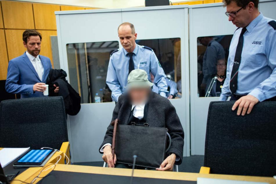 Jahre später sitzt der 94-Jährige auf der Anklagebank.