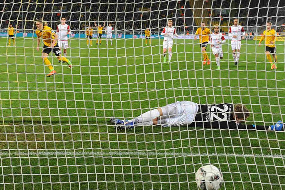 Da liegt der Ball im Tor. Stefan Kutschke dreht jubelnd ab, nachdem er den Elfer sicher verwandelt hat.