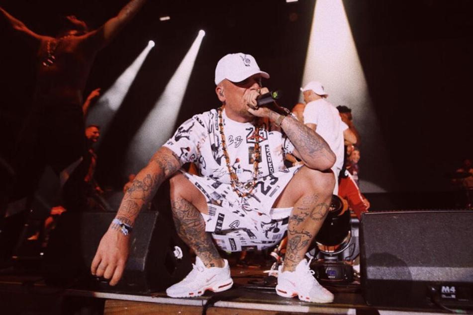 Bonez MC steht bei einem Auftritt auf der Bühne.