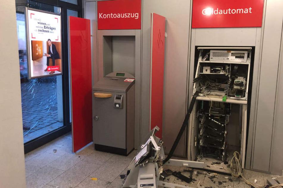 Der Geldautomat wurde durch die Explosion vollständig zerstört