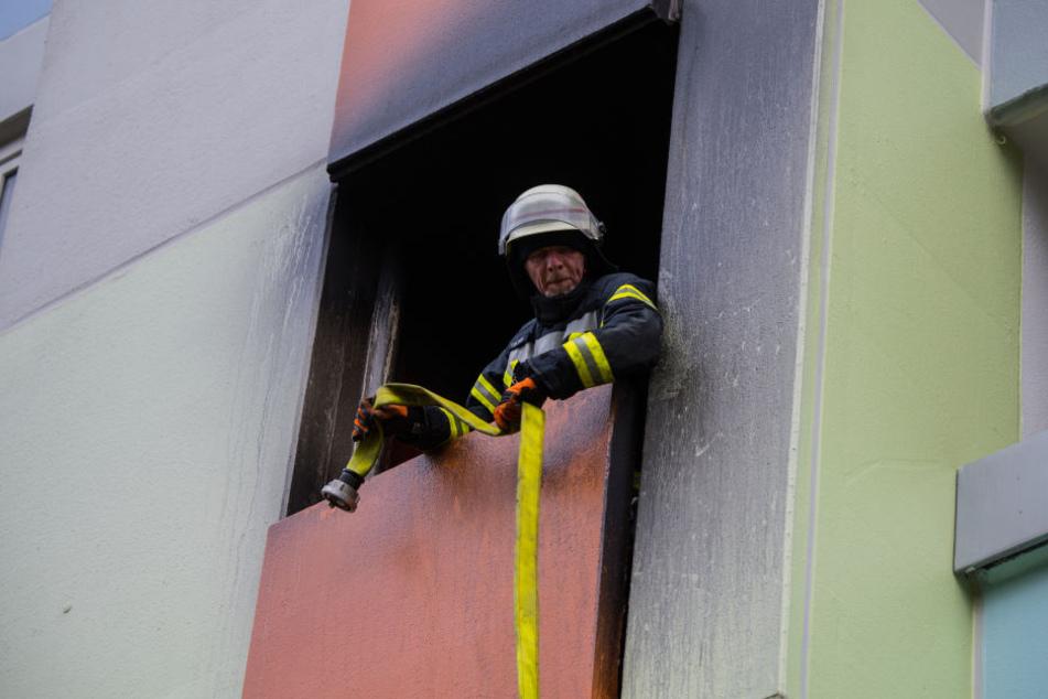 Weil das Treppenhaus stark verraucht war, seien Anwohner mit Drehleitern gerettet worden.
