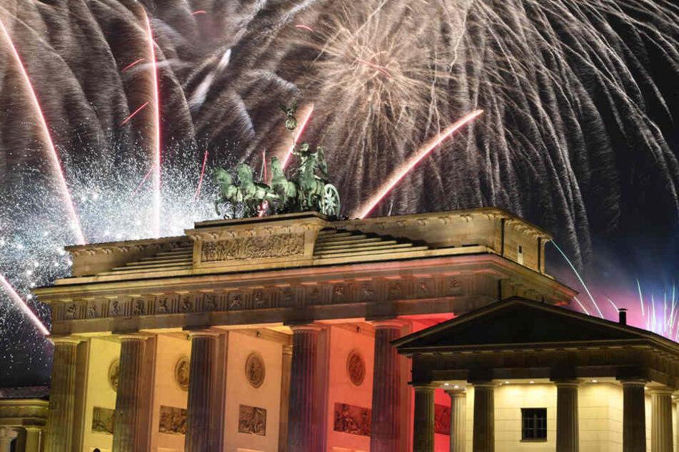 Ein Feuerwerk ist während Deutschlands größter Silvesterparty am Brandenburger Tor zu sehen.