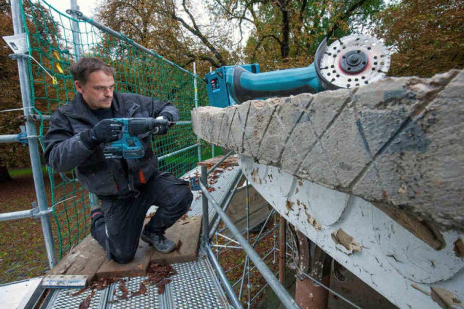 Handwerker Jörg Temler (40) bringt auf dem Dach den Betonrand in Ordnung.