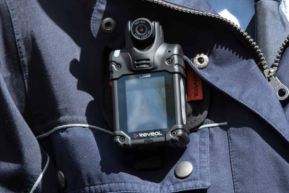 Eine Bodycam an einem Polizisten.