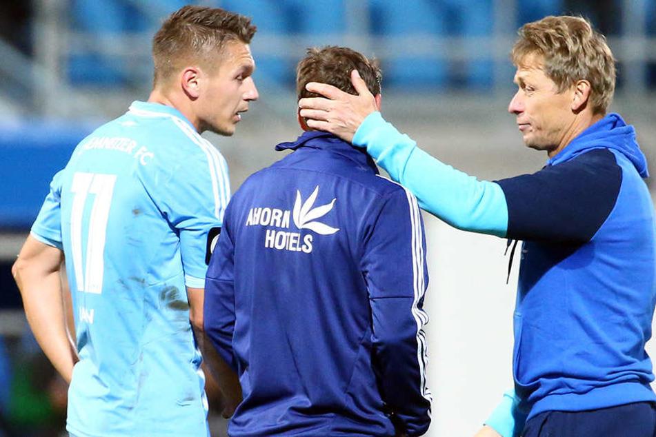 Trainer Sven Köhler nimmt Daniel Frahn (l.) und Anton Fink in die Arme.