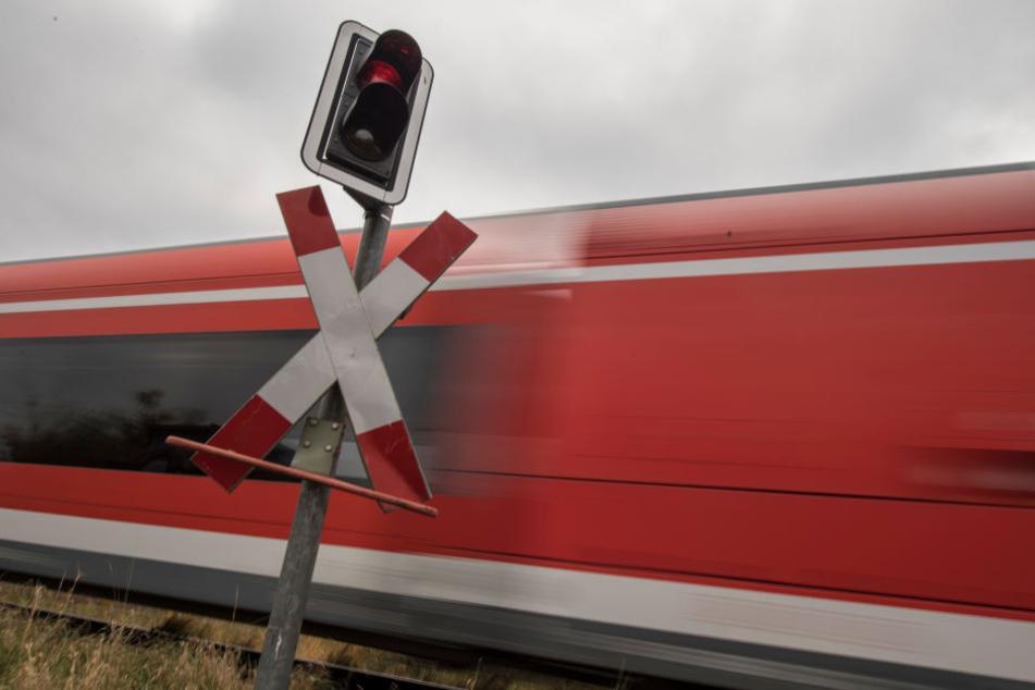 Weil der Lkw nicht ordnungsgemäß wenden konnte, musste der ankommende Regionalzug einen unplanmäßigen Stopp einlegen. (Symbolbild)