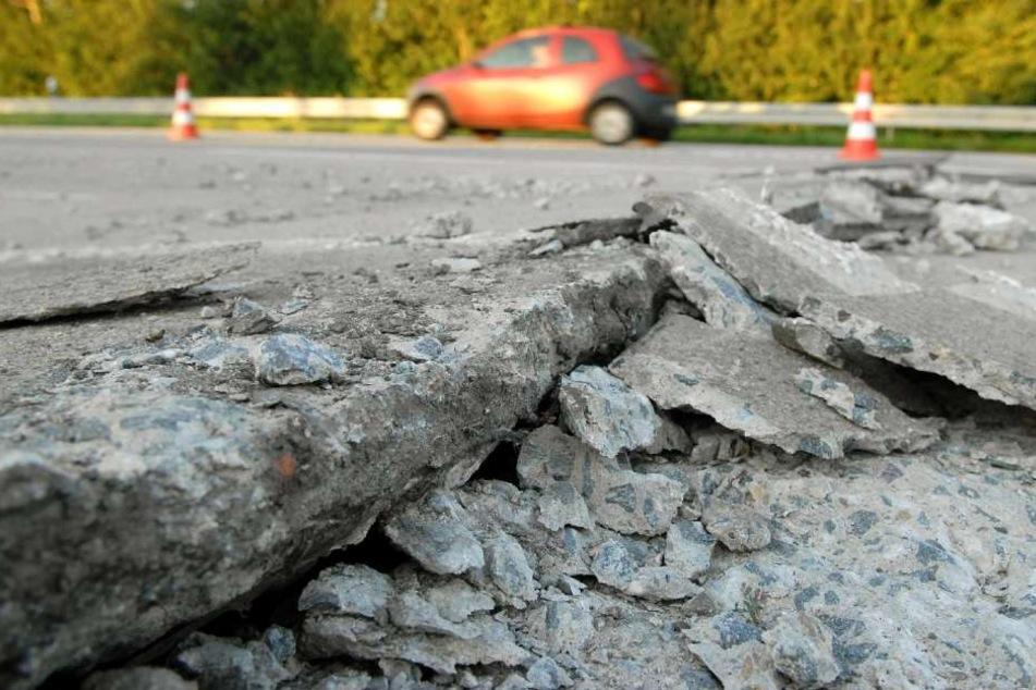 Autobahn dicht: Die Fahrbahndecke riss auf, so dass der Verkehrt gefährdet wurde. (Symbolbild)