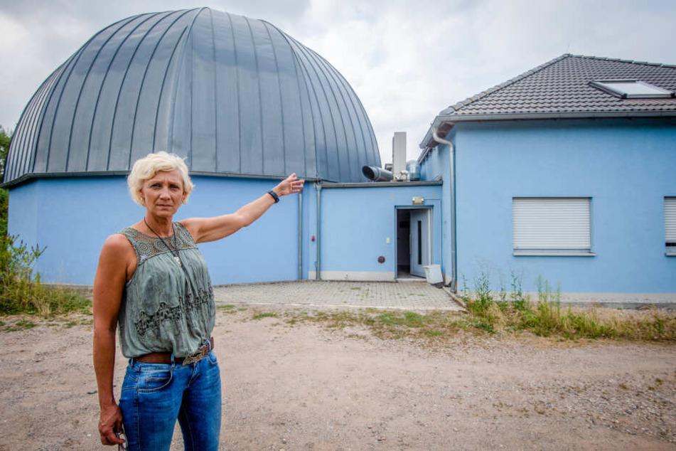 Einbruch: Parkchefin Anke Krasselt (51) vor der Wohnung über dem Planetarium.