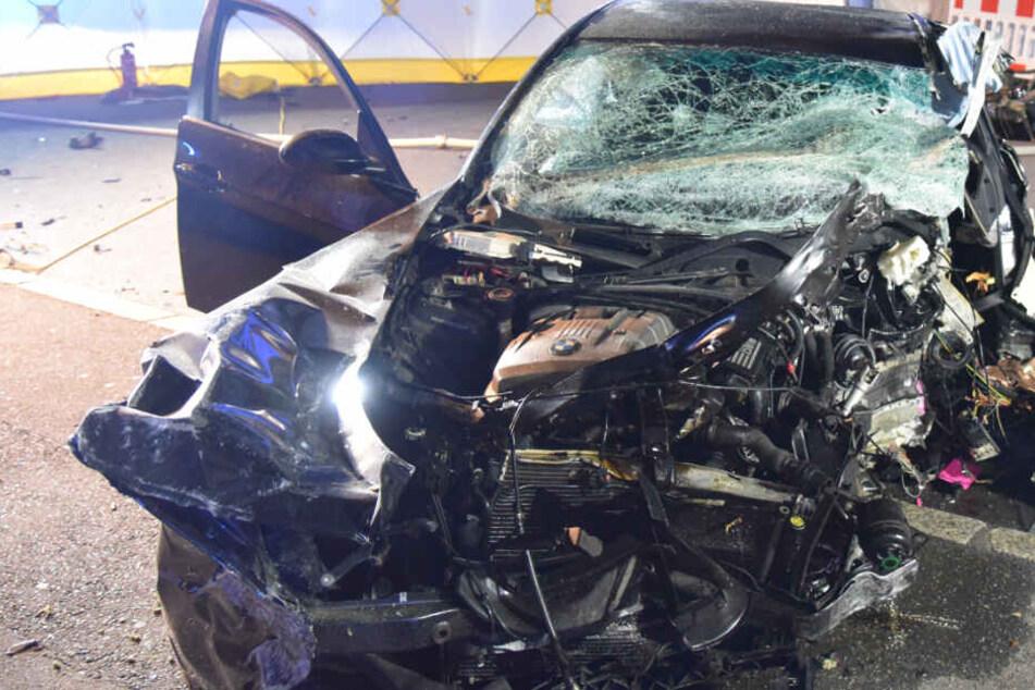 Horror-Unfall: BMW knallt gegen drei Betonpfeiler, Fahrer schwebt in Lebensgefahr