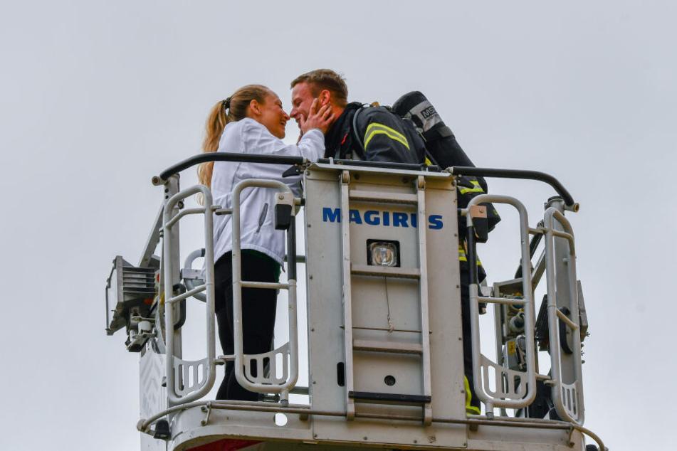 Auf der Drehleiter ging der Feuerwehrmann vor seiner Freundin auf die Knie.