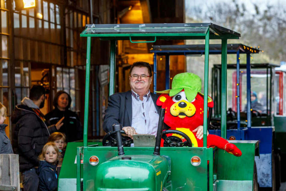 Bahne frei! Bannewitz' Bürgermeister Christoph Fröse (65) auf Treckertour durchs Erlebnis-Dorf. An seiner Seite Karls Erbeer-Maskottchen.