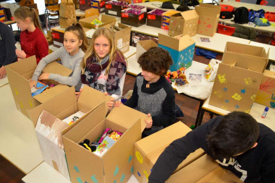 Rund 180 Päckchen haben die Kinder für die Reise fertig gemacht.